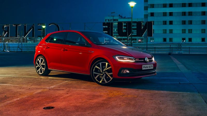 Volkswagen Polo GTI rossa, vista frontale di 3/4 Immagine / video