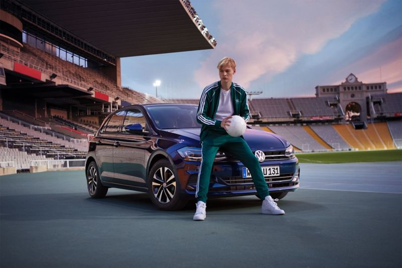 Volkswagen Polo UNITED no estádio com homem sentado no capot