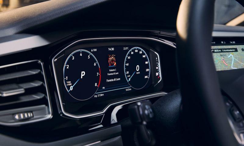 Vue détaillée du système optionnel Digital Cockpit Pro à bord de la VW Polo, illustrant notamment le compteur de vitesse et le système de navigation