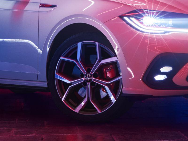 Vue détaillée d'une jante d'une VW Polo GTI blanche.