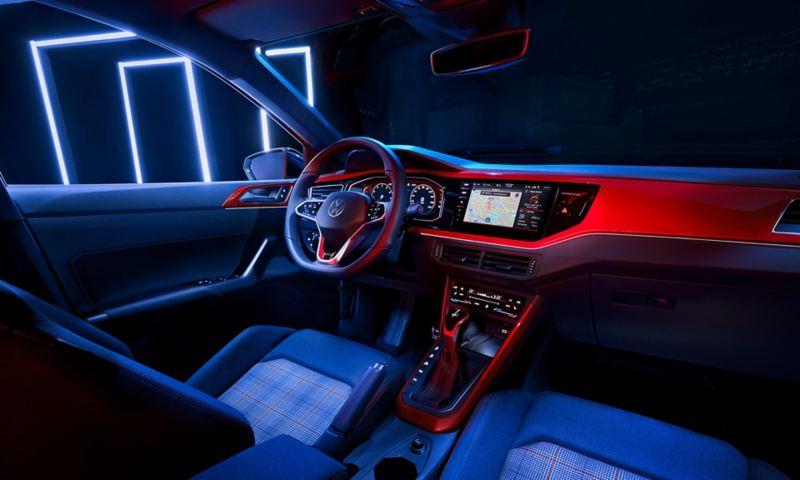 Vue depuis la banquette arrière sur le cockpit de la VW Polo GTI avec le volant multifonction, le Digital Cockpit Pro et la climatisation Climatronic en option.