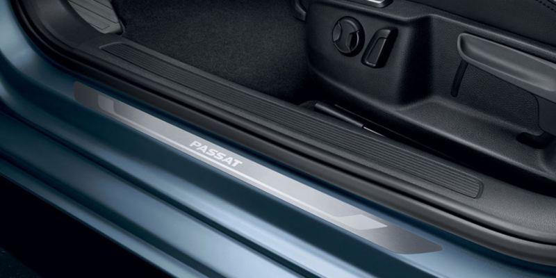 Dettaglio dei listelli battitacco originali Volkswagen, applicati su una Passat.