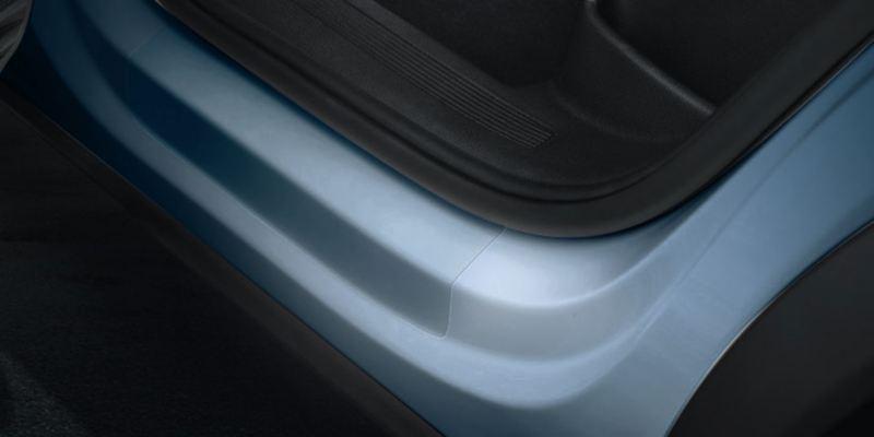 Dettaglio delle pellicole battitacco trasparenti originali Volkswagen, applicate su una Passat.