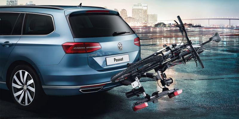 """Dettaglio del porta biciclette pieghevole """"Compact"""" originale Volkswagen, montato sul retro di una Passat. Disponibile per due o tre biciclette."""