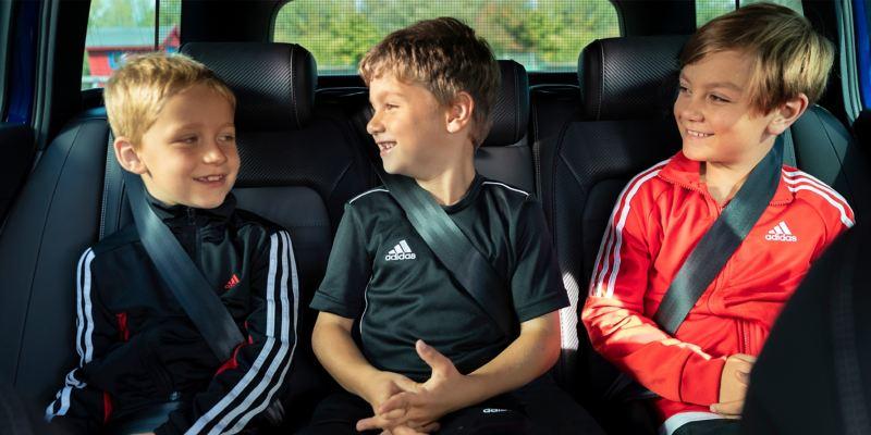 Tom und zwei Mitspieler auf der Rückbank des Passat