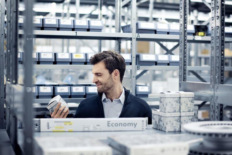 Professionnels choisissant des Pieces Economy Volkswagen