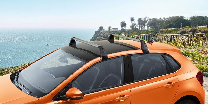 Dettaglio delle barre portatutto originali Volkswagen, montate su una Polo.