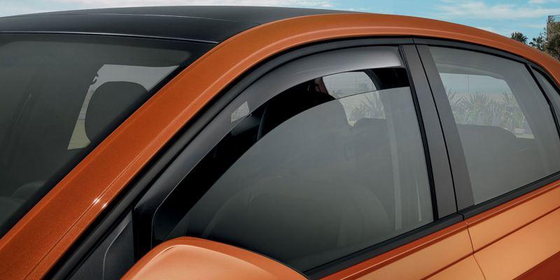 Dettaglio dei deflettori anteriori originali Volkswagen su una Polo. Disponibili anteriori e posteriori.