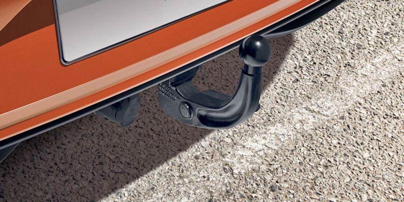 Dettaglio del gancio di traino  originale Volkswagen, montato su una Polo.