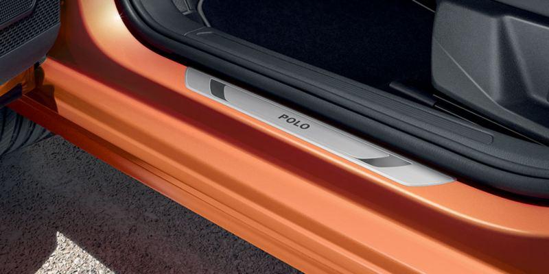 Dettagli dei listelli battitacco in acciaio originali Volkswagen, montati su una Polo.