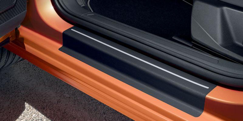 Dettaglio delle pellicole battitacco originali Volkswagen, montate su una Polo.