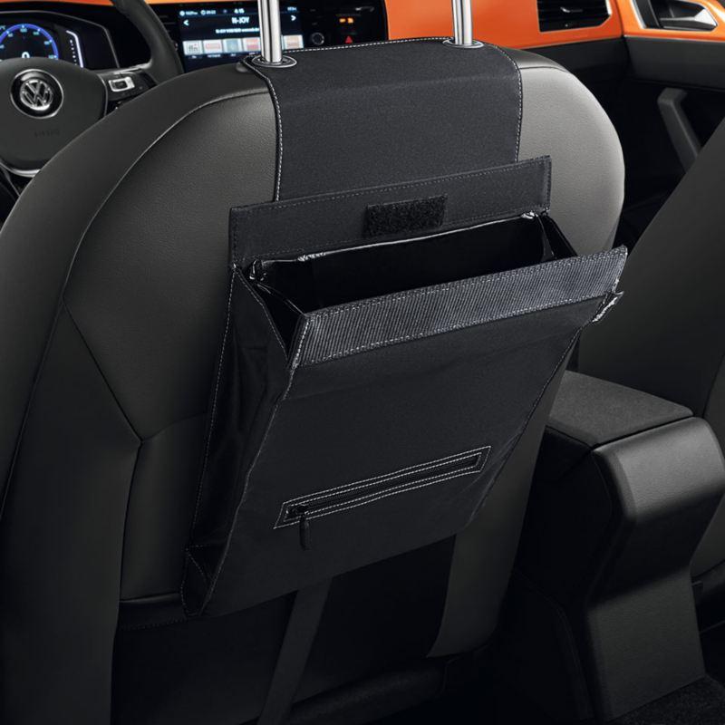 """Dettaglio del portarifiuti """"Clean Solution"""" originale Volkswagen, applicabile al poggia testa del sedile; montato in una Polo."""