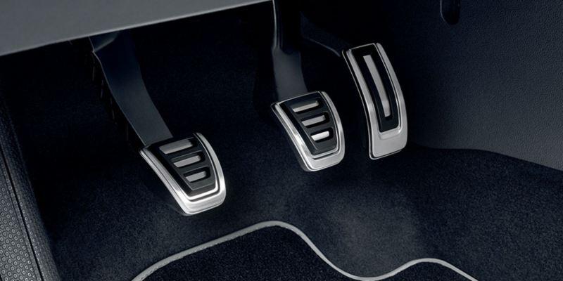 Dettaglio dei copri pedaliera originali Volkswagen, montati su una Polo. Disponibile per vetture con cambio manuale e con cambio automatico DSG.