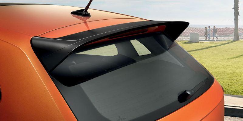 Dettaglio dello spoiler da tetto originale Volkswagen, montato su una Polo.