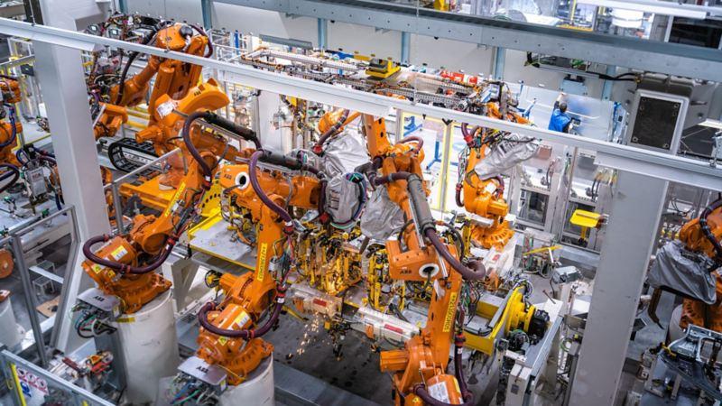 Vista dei macchinari della sede di Volkswagen Veicoli Commerciali a Poznań, che ha subito un ampliamento per l'arrivo dei nuovi modelli Caddy.