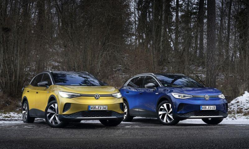 En gul och en blå VW ID.4 parkerade sida vid sida