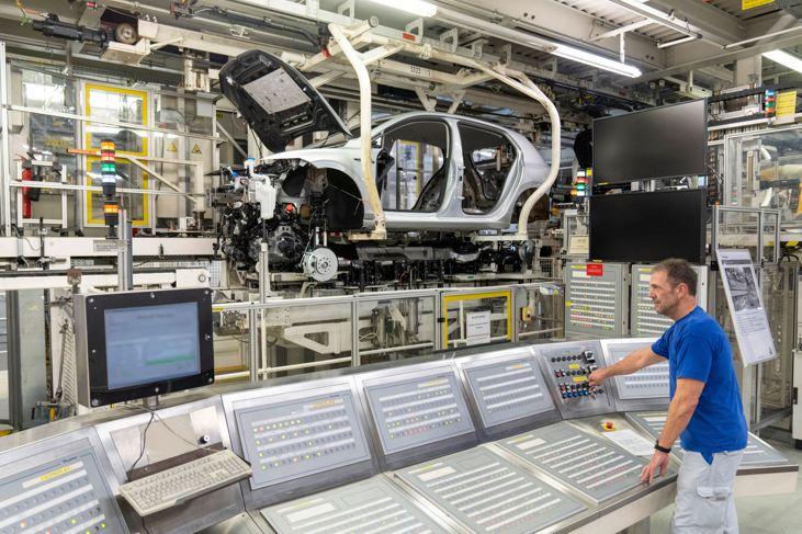 Auto Volkswagen en línea de producción