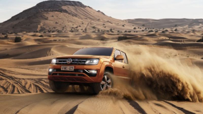 Camioneta Amarok VW corriendo en desierto al realizar el Proyecto Panamericana