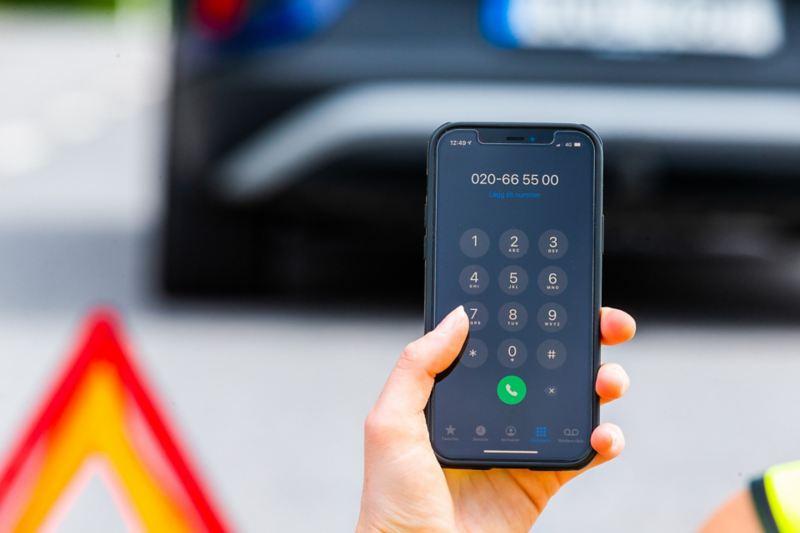 Skärmen på en mobiltelefon som ringer larmcentralen efter akut driftstopp