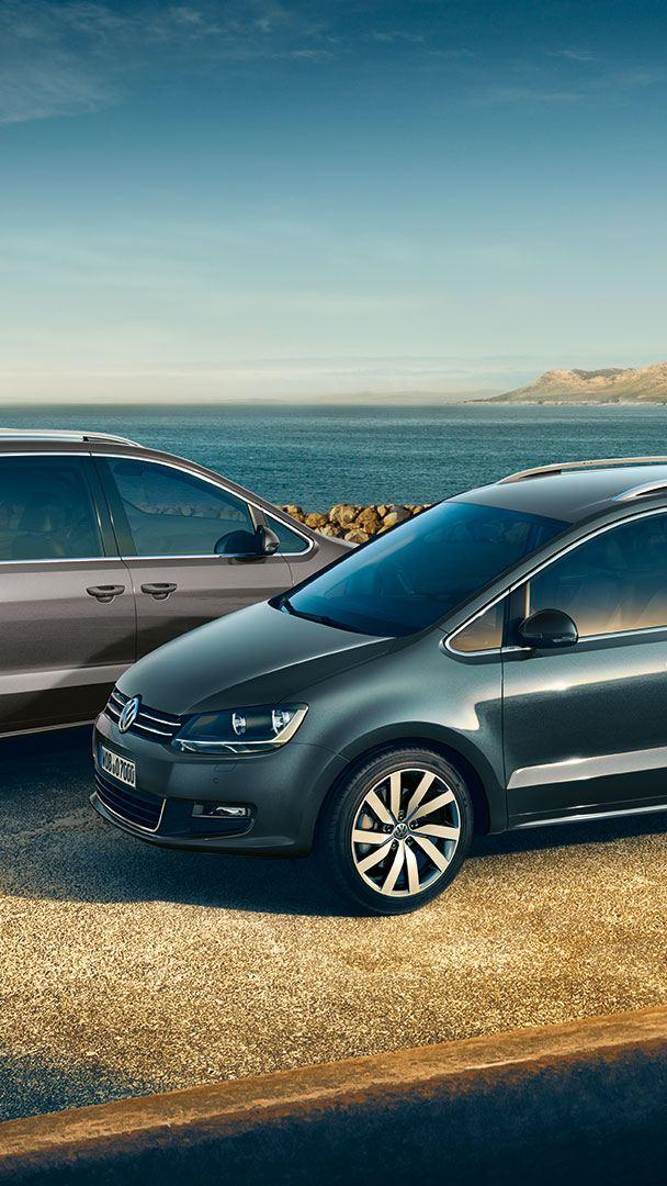 Två VW Sharan står parkerade på en uppfart