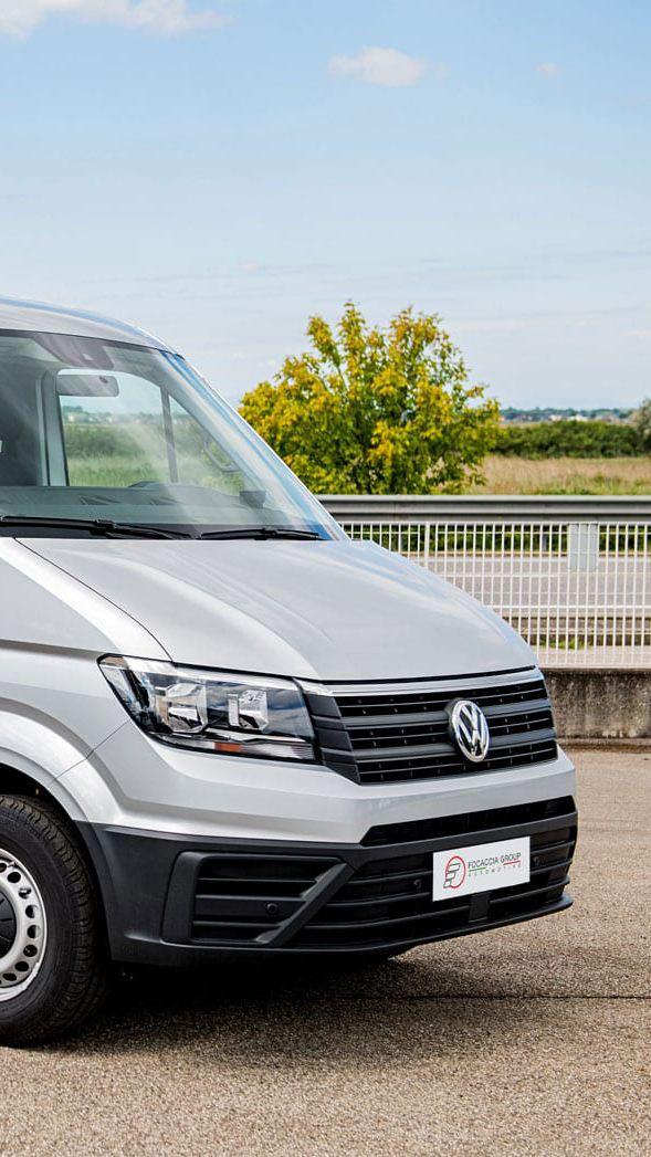 Vista anteriore del Crafter Kombi Volkswagen allestito per trasporto persone con disabilità.