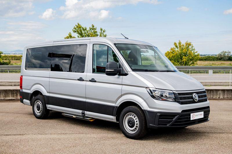 Vista 3/4 frontale del Crafter Kombi Volkswagen allestito per trasporto persone con disabilità.
