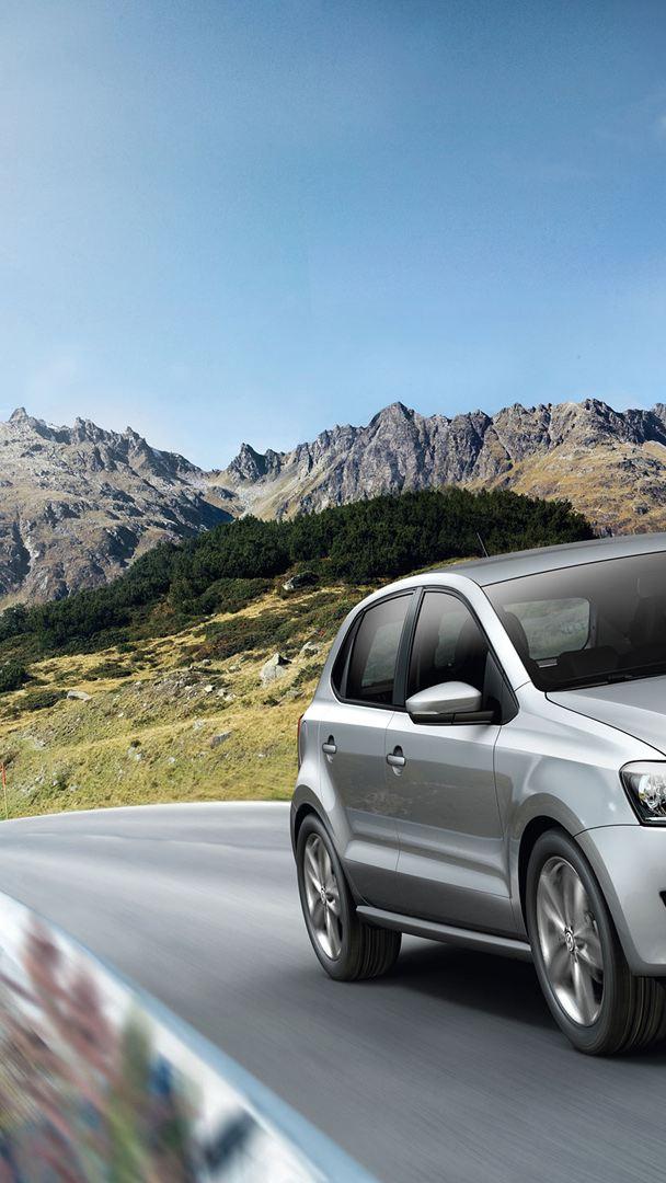 Una Volkswagen Polo 5 mentre percorre una strada di montagna - VW Service