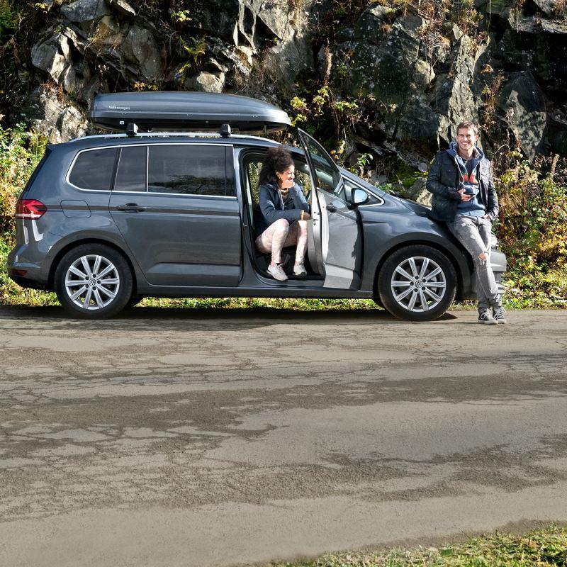 Una pareja espera a la asistencia en carretera de Volkswagen para accidentes o averías