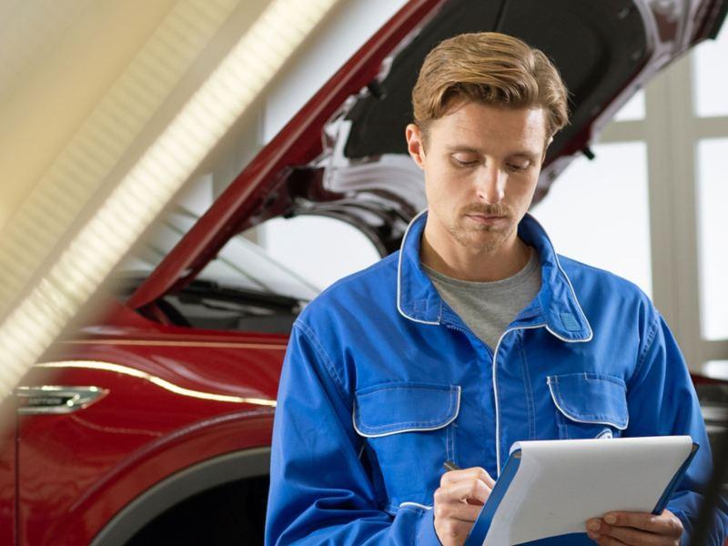 Un mécanicien Volkswagen remplissant un rapport