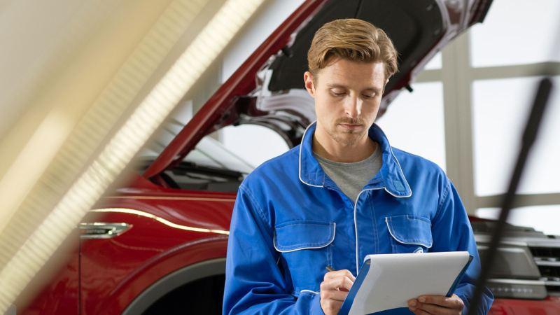 Mécanicien travaillant sur une voiture