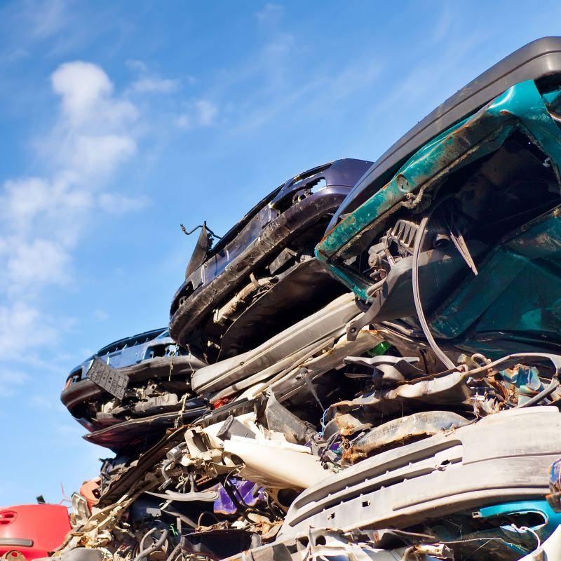 Volkswagen und andere verschrottete Autos nach der Rückgabe, bereit für das Recycling