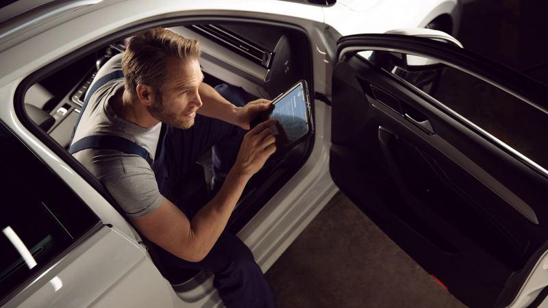 故障診断機を使って車両を確認するVWサービススタッフ