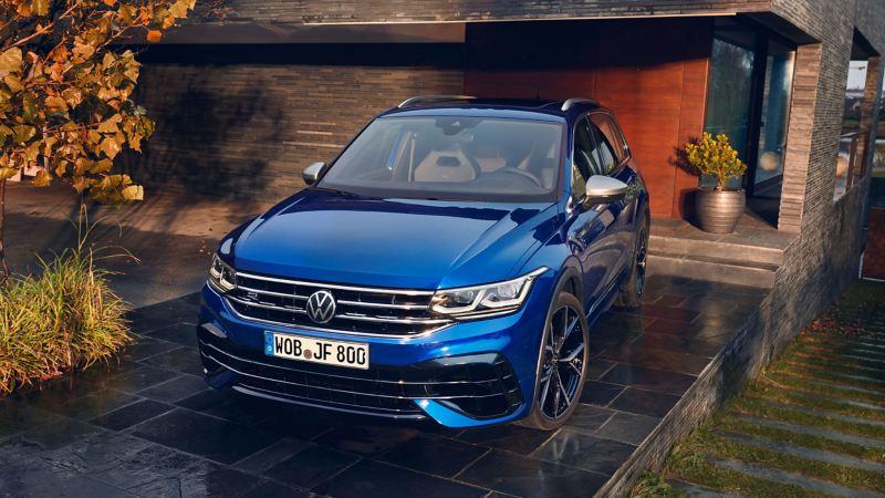 Un VW Tiguan R bleu est dans un garage – configurer maintenant