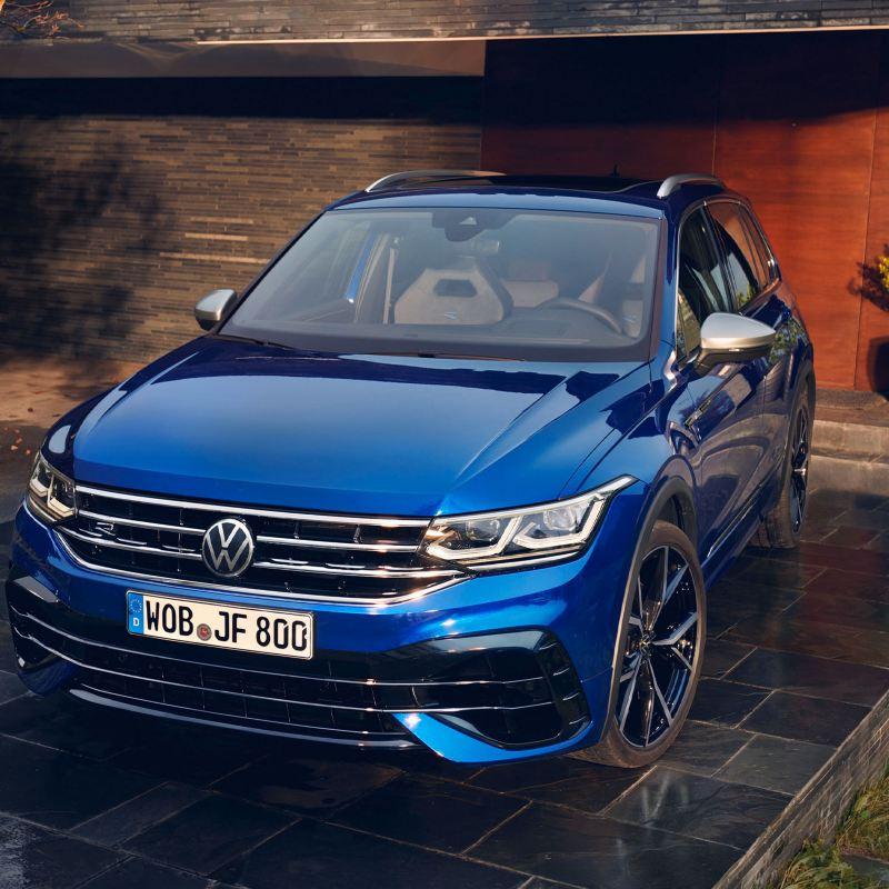 A blue VW Tiguan R in a garage – configure now
