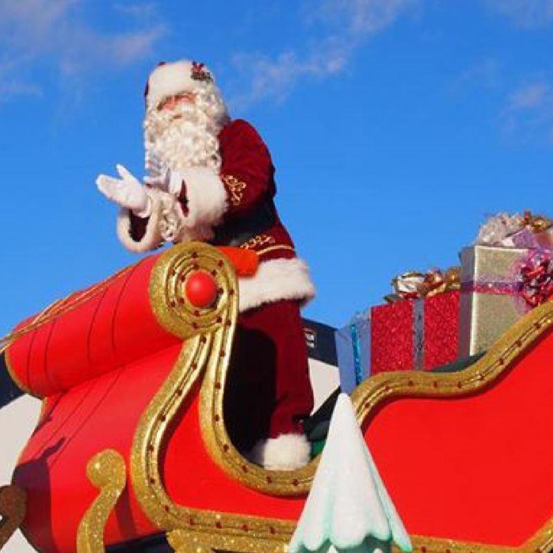 Le père Noël dans son traîneau en plein jour.