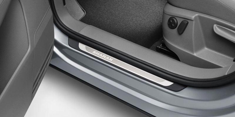 Dettaglio dei listelli battitacco in alluminio originali Volkswagen, applicati su una Sharan.