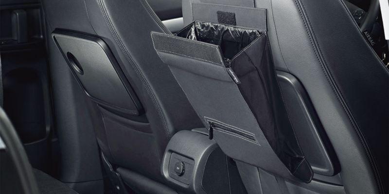 """Dettaglio del portarifiuti """"Clean Solution"""" originale Volkswagen, applicabile al poggia testa del sedile; montato in una Sharan."""