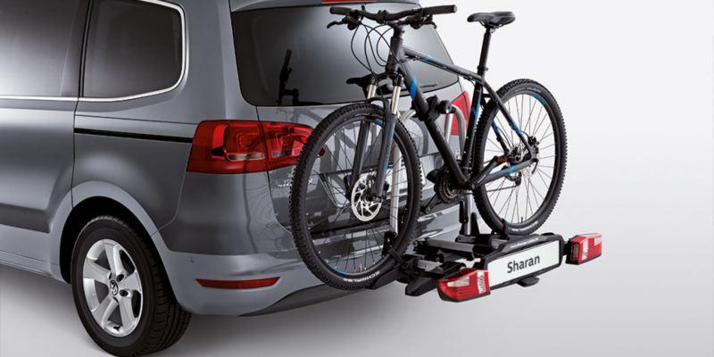 """Dettaglio del porta biciclette pieghevole """"Compact"""" originale Volkswagen, montato sul retro di una Sharan. Disponibile per due o tre biciclette."""