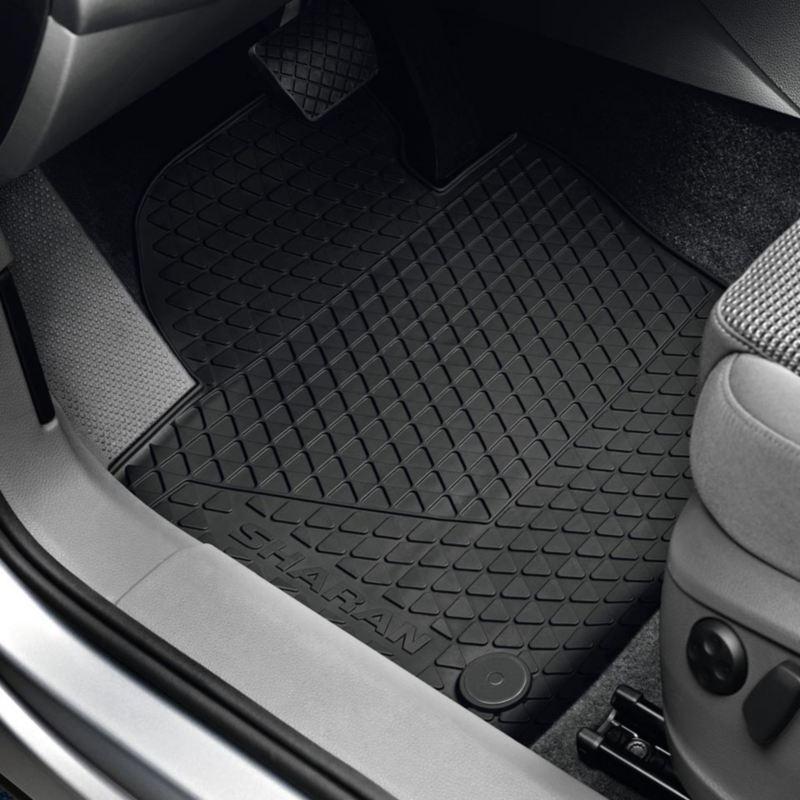 Dettaglio dei tappetini in gomma originali Volkswagen, montati in una Sharan.