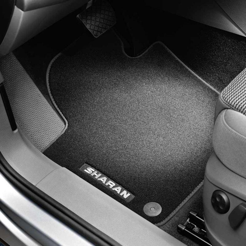 """Dettaglio dei tappetini in moquette """"Premium"""" originali Volkswagen, montati in una Sharan."""