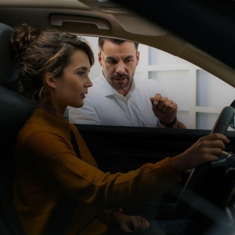 Une femme discutant avec un expert Volkswagen