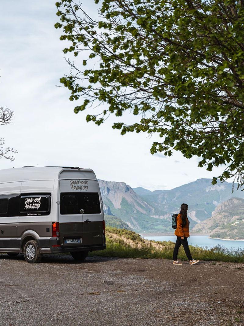 Grand California Volkswagen Véhicules Utilitaires Loisirs dans la montagne près d'un lac