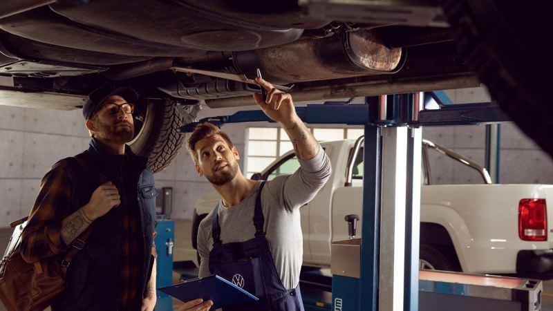 Réparateur Agréé dans son atelier et un client professionnel intervenant sur un utilitaire Volkswagen