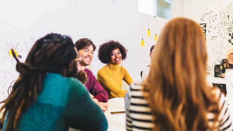 Junge Menschen in einem Meeting
