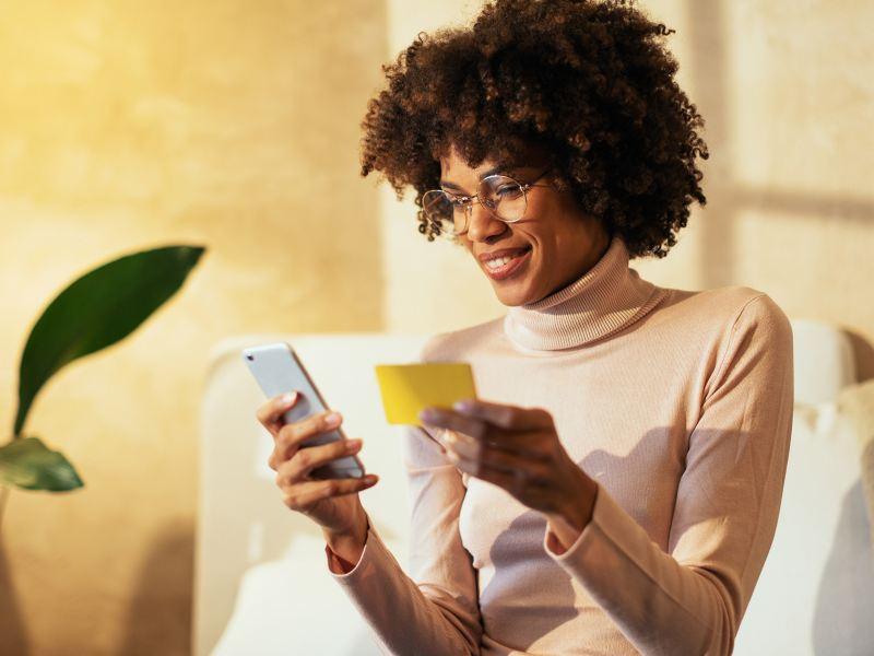 Frau hält Smartphone in ihren Händen