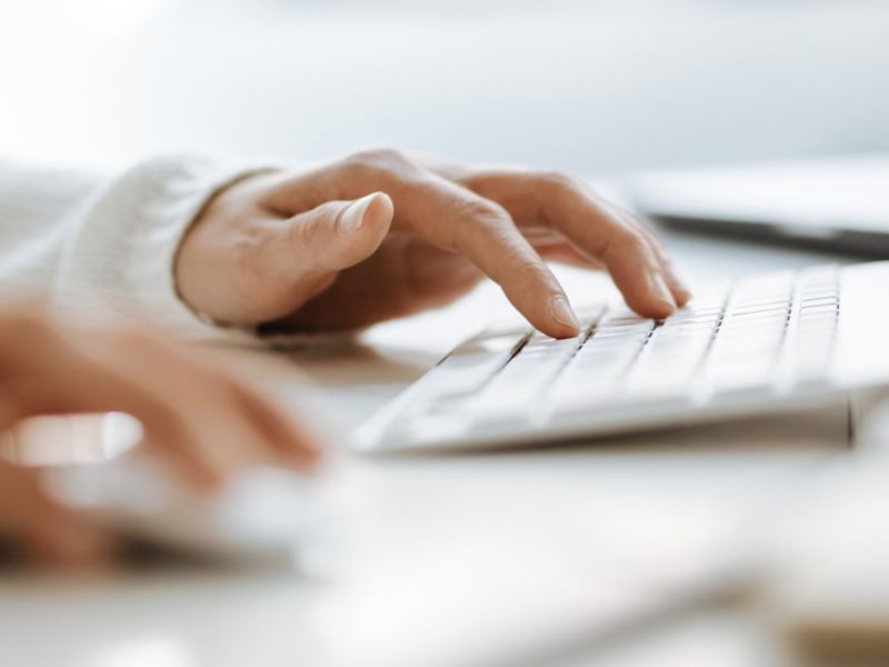 Finger tippen auf einer Tastatur