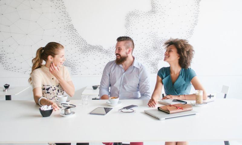 Ein freundliches Gespräch zwischen drei jungen Menschen