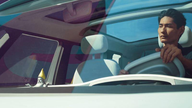 Un homme conduit un véhicule électrique