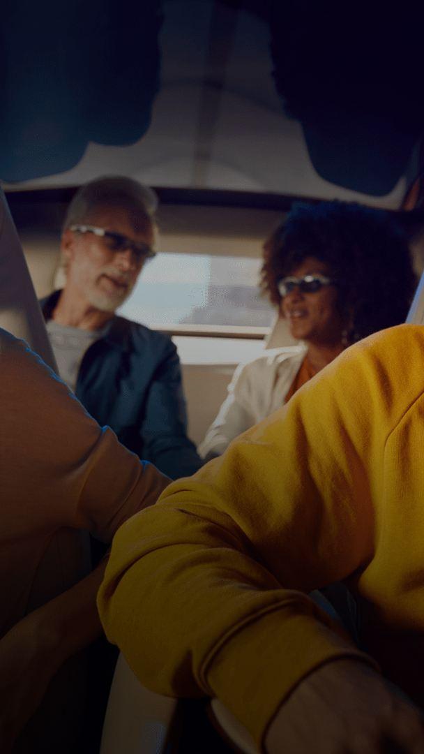 Des gens rient à bord d'un véhicule électrique