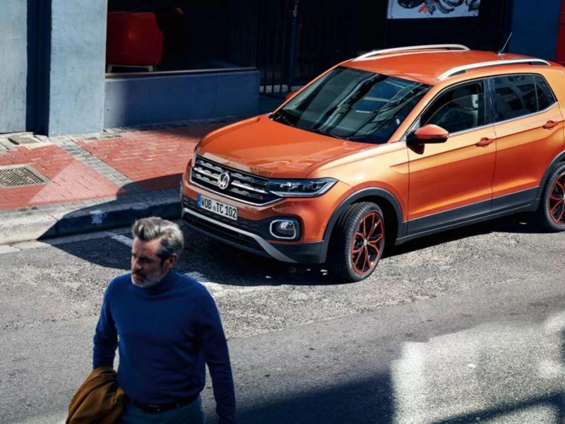 T-Cross orange à l'arrêt dans la rue